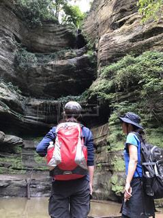 岩の上に立っている人々 のグループの写真・画像素材[800329]