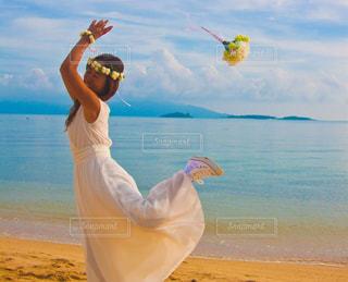 女性のビーチでカイトを飛行の写真・画像素材[1266680]