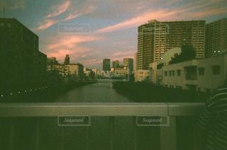 街に沈む夕日の写真・画像素材[722291]