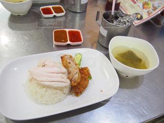 テーブルの上に食べ物のプレート - No.863750