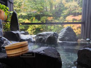 窓のそばの岩の上に座っている人の写真・画像素材[917762]