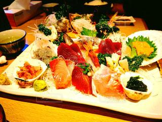 テーブルの上に食べ物のプレート - No.924615