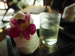 近くのテーブルに座って花を花瓶 - No.924616