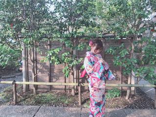 フェンスの前に立っている人の写真・画像素材[3495457]