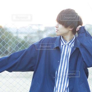 青いシャツを着た男性の写真・画像素材[1020585]