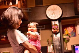 山,日常,女の子,笑顔,赤ちゃん,日本,田舎暮らし,高い高い,子供の笑顔,ママと子供