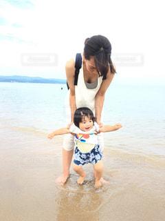 海,太陽,晴天,女の子,赤ちゃん,日本,初めての海,子供の笑顔,ママと子供