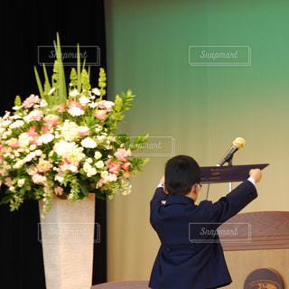 花の前に立っている人の写真・画像素材[1088998]