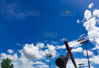 青空に向かってトス🎾の写真・画像素材[1292206]