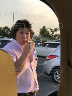 携帯電話で話す車の中の女性 - No.705119