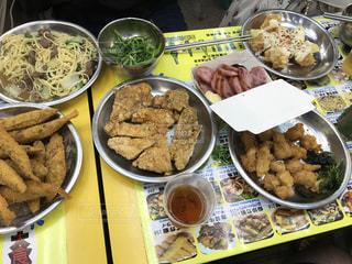 テーブルの上に食べ物のボウルの写真・画像素材[815965]