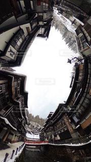 背景の大きな建物の写真・画像素材[755794]