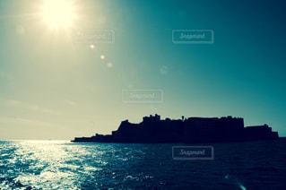 水の体に沈む夕日の写真・画像素材[878508]