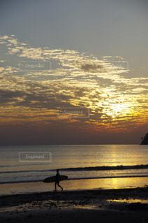 水の体に沈む夕日の写真・画像素材[959080]