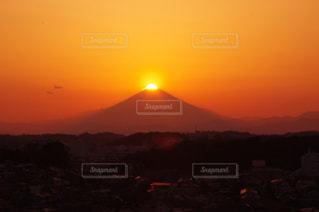 背景にオレンジ色の夕日の写真・画像素材[959087]