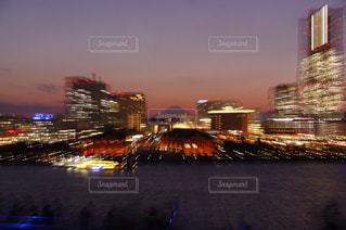 都会の夕暮れと富士山の写真・画像素材[959093]
