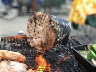 近くのグリルの上に食べ物をの写真・画像素材[1205284]