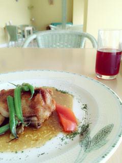 テーブルの上に食べ物のプレートの写真・画像素材[753135]