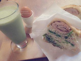 サンドイッチとコーヒー カップの写真・画像素材[753143]