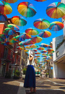 カラフルな傘の前に立っている女性の写真・画像素材[712159]