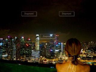 都市に、selfie を取る女性の写真・画像素材[714964]