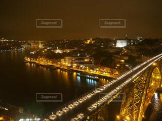 バック グラウンドで市と水の体の上の橋の写真・画像素材[794520]