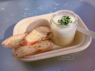 板の上に食べ物のボウルの写真・画像素材[820202]