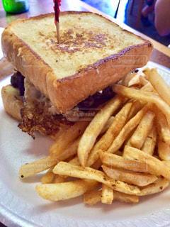 近くにサンドイッチと皿にフライド ポテトの - No.865388