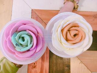テーブルの上のピンクの花で満ちているプレート - No.882297