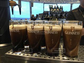 ビールのグラスをテーブルに座っている人々 のグループ - No.927442