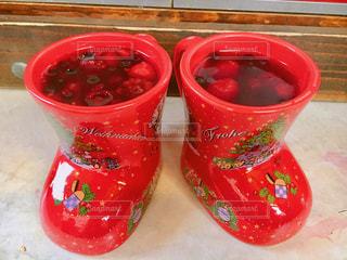 コーヒー カップの横にある赤いトレイの写真・画像素材[927449]