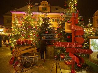 夜ライトアップされたクリスマス ツリーの写真・画像素材[936830]
