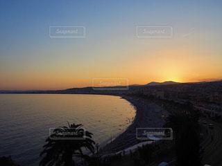 水の体に沈む夕日の写真・画像素材[956383]