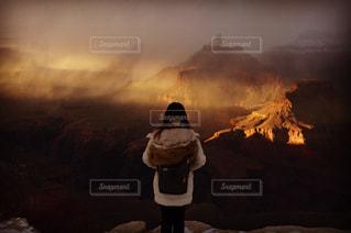煙と火の暗い部屋で男の写真・画像素材[956417]