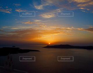 水の体に沈む夕日の写真・画像素材[956418]