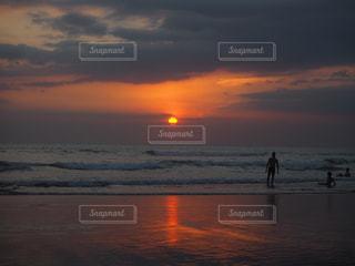 水の体に沈む夕日の写真・画像素材[956420]