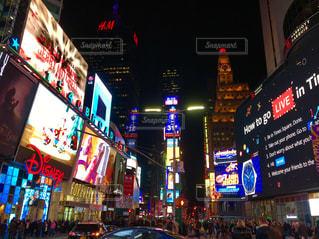近くに夜の忙しい街のアップ - No.1000225