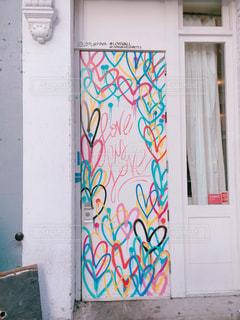 建物の側に落書きで戸口の写真・画像素材[1124259]