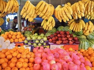 展示されている様々な新鮮な果物や野菜の写真・画像素材[3175655]