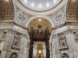サンピエトロ大聖堂の頂上に時計がある教会の写真・画像素材[3341883]