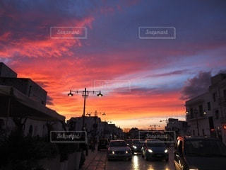 イタリアの街の通りに沈む夕日の写真・画像素材[3399961]