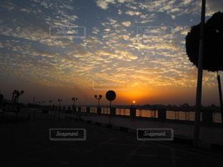 都市に沈む夕日の写真・画像素材[3404898]