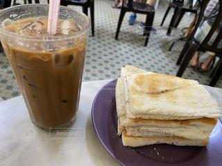食べ物,飲み物,カフェ,風景,インテリア,コーヒー,朝食,水,氷,ガラス,パン,テーブル,トースト,コップ,食器,カップ,マレーシア,朝ごはん,おいしい,ドリンク,ライフスタイル,飲料,ホワイトコーヒー,ミルクコーヒー