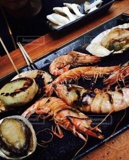 食べ物の皿をテーブルの上に置くの写真・画像素材[3522898]