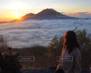 夕日の前に立っている男の写真・画像素材[3575294]