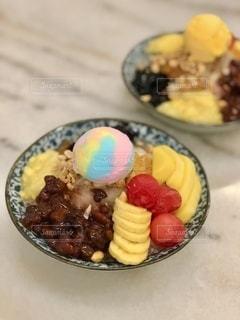 皿の上に果物のボウルの写真・画像素材[3578958]