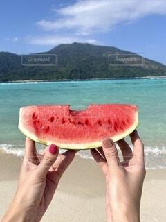 食べ物,海,空,夏,屋外,ビーチ,スイカ,砂浜,波,水面,山,手持ち,果物,人物,人,旅行,タイ,ポートレート,海外旅行,離島,ライフスタイル,マニキュア,手元