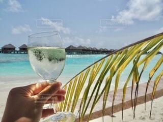 風景,海,空,モルディブ,屋外,南国,ビーチ,砂浜,水面,ガラス,手持ち,休憩,人物,人,旅行,ワイン,カクテル,ポートレート,ドリンク,海外旅行,ライフスタイル,コテージ,手元