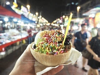 食べ物,群衆,手持ち,デザート,人物,人,旅行,市場,チョコレート,アイスクリーム,甘い,マレーシア,マーケット,ポートレート,海外旅行,食べ歩き,ココナッツ,ライフスタイル,ナイトマーケット,手元