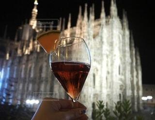 夜,夜景,テラス,ガラス,手持ち,人物,ライトアップ,旅行,ワイン,グラス,イタリア,ポートレート,バー,ドリンク,海外旅行,アルコール,ライフスタイル,赤ワイン,ミラノ,手元,飲料,スパークリングワイン,ドゥオーモ